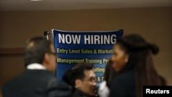 Người tìm việc chờ gặp các chủ nhân thuê người tại hội chợ viêc làm ở thành phố New York