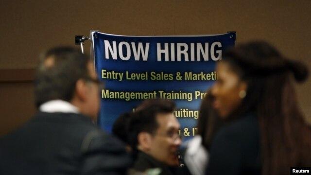 Desempleados participan en una feria de trabajo en Nueva York.