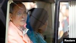 1일 태국의 푸미폰 아둔야뎃 국왕이 시키릿 왕비와 함께 방콕의 병원을 떠나고 있다.