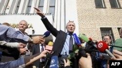 Владимир Некляев в окружении журналистов у здания суда, 20 мая 2011г.