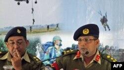 Thiếu tướng Muhammad Masud Razzaq (phải) chia sẻ những chi tiết về âm mưu đảo chánh này với các phóng viên tại Dhaka, Bangladesh, ngày 19/1/2012
