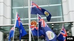 香港示威者10月1日在中聯辦門外揮舞港英旗幟 (資料圖片)