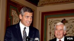Aktor George Clooney (kiri) berbicara mengenai konflik di Sudan di Gedung DPR AS, Capitol Hill. (foto: dok).