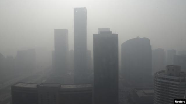 Bangunan pencakar langit di pusat bisnis di Beijing nampak tenggelam di dalam kabut asap tebal yang menyelimuti Tiongkok, 14 Januar 2013. (REUTERS/Jason Lee)