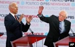 បេក្ខជនប្រធានាធិបតីពីគណបក្សប្រជាធិបតេយ្យ លោក Joe Biden (ឆ្វេង) និងលោក Bernie Sanders ថ្លែងក្នុងពេលជជែកដេញដោល កាលពីថ្ងៃព្រហស្បតិ៍ ទី១៩ ធ្នូ ២០១៩ នៅទីក្រុងឡូសអែនជឺឡែស។