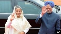 Indian Prime Minister Manmohan Singh (R) and Bangladeshi Prime Minister Sheikh Hasina (L) wave to media, 11 Jan 2010