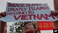 抗议者6月12日聚集在中国驻河内大使馆前谴责他们所说的中国侵犯越南领海。
