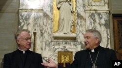 El obispo Michael Bransfield, izquierda, es presentado en esta foto por su antecesor, el obispo Bernard W. Schmitt, como el nuevo obispo de la diócesis de Wheeling-Charleston en diciembre de 2004.