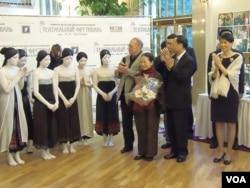 """台湾第一夫人周美青(右一)6月5日在""""观""""舞剧首演后同舞者在一起。(美国之音白桦拍摄)"""
