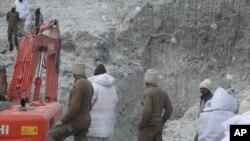 Quân đội cho biết hai địa điểm đang được xe ủi đất và các thiết bị khác đào bới.