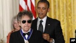 El presidente Barack Obama en el momento en que imponía la distinción al legendario músico Bob Dylan.