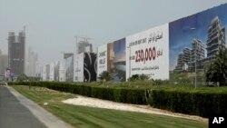 រូបឯកសារ៖ ផ្ទាំងផ្សាយពាណិជ្ជកម្មវីឡានិងអាគារស្នាក់នៅទំនើបៗក្នុងទីក្រុង Dubai ក្នុងប្រទេសអេមីរ៉ាតអារ៉ាប់រួម។ របាយការណ៍មួយបានចេញផ្សាយថ្ងៃទី១២ ខែមិថុនា ឆ្នាំ២០១៨ ដោយមជ្ឈមណ្ឌលសិក្សាអំពីការការពារដែលមានស្នាក់ការក្នុងរដ្ឋធានីវ៉ាស៊ីនតោន ផ្អែកលើទិន្នន័យអចលនទ្រព្យដែលបែកធ្លាយពីឌុយបៃ ដែលត្រូវបានពណ៌នាថាជាទីផ្សារអចលនទ្រព្យសម្រាប់លាងលុយ ផ្តល់ហិរញ្ញវត្ថុដល់ក្រុមភេរវករនិងជួញដូរគ្រឿងញៀនដែលត្រូវរងទណ្ឌកម្មពីអាមេរិកនៅប៉ុន្មានឆ្នាំចុងក្រោយនេះ។ (រូបថត AP)