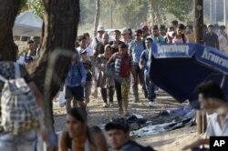 Một nhóm di dân đi bộ về phía đường biên giới để vào Macedonia từ Hy Lạp, ngày 27 Tháng 8, 2015. Cảnh sát Macedonia thoạt tiên ngăn không cho họ vào, nhưng sau các vụ xô xát, di dân đã có thể băng qua Macedonia để vào Serbia.