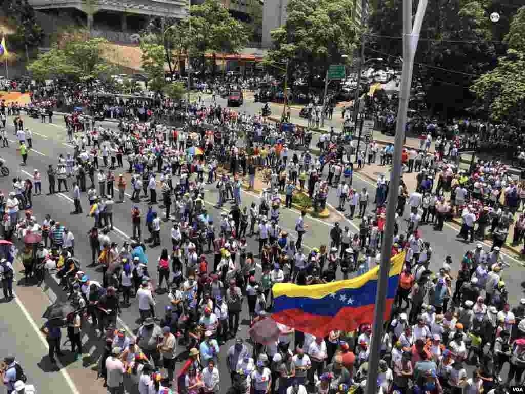 Cientos de venezolanos se han estado manifestando en las calles de Venezuela en los últimos días.