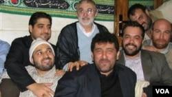 منصور ارضی (با لباس آبی) همچون برخی شاگردان خود از جمله محمود کریمی در انتخابات گذشته هم لیست انتخاباتی دادند.