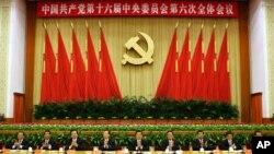 ຮູບສະໜອງໃຫ້ໂດຍອົງການຂ່າວຊິນຫົວຂອງທາງການຈີນ ສະແດງໃຫ້ເຫັນທ່ານ Hu Jintao ຜູ້ນໍາສູງສຸດຂອງຈີນ (ກາງ) ທ່ານ Wu Bangguo (ທີ 4 ກໍ້າຂວາ ທີ4), ທ່ານ Wen Jiabao (ທີ 4 ກໍ້າຊ້າຍ), ທ່ານ Jia Qinglin (ທີ 3 ຂວາ), ທ່ານ Zeng Qinghong (ທີ 3 ຊ້າຍ), ທ່ານ Huang Ju (ທີ 2 ຂວາ), ທ່ານ Wu Guanzheng (ທີ 2 ຊ້າຍ), ທ່ານ Li Changchun (ຂວາ)