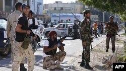 Chiến binh cách mạng chiếm lại khu vực Abu Salim ở Tripoli sau cuộc giao chiến với những người trung thành với ông Gaddafi, ngày 14 tháng 10, 2011.