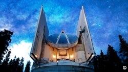El telescopio submilimétrico (SMT) del Arizona Radio Observatory ha sido uno de los instrumentos utilizados para la observación conjunta del cuásar.