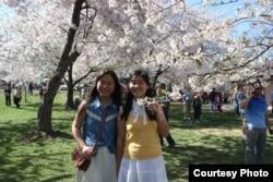 中国异议人士杨海的女儿杨倩怡(右)和异议人士刘贤斌的女儿陈桥2014年春在美国(照片来源:王菁拍摄)