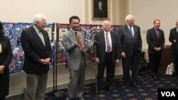 Dubes RI untuk AS Dino Patti Djalal didampingi beberapa anggota Kongres AS saat meresmikan pembentukan Kaukus Indonesia di Gedung Kongres AS di Washington, DC hari Kamis. 14/11 (foto: courtesy KBRI Washington DC).