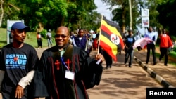 Pastor ugandês, Martin Ssempa, a liderar procissão contra a homossexualidade, Março 31, 2014.