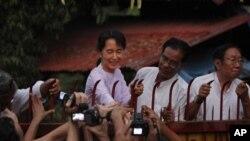 미얀마 민주화의 상징인 아웅산 수치 여사(65)가 7년여 만인 13일 가택연금에서 해제되는 장면