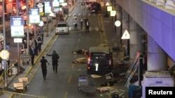 機場外可以見到在地上的死者屍體