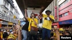 រូបឯកសារ៖ អ្នកស្រី Maria Chin Abdullah [កណ្តាល] ប្រធានសម្ព័ន្ធដើម្បីភាពស្អាតស្អំនិងការបោះឆ្នោតដោយយុត្តិធម៌ ហៅកាត់ចលនា Bersih ដែលគាំទ្រលទ្ធិប្រជាធិបតេយ្យ ជួបជាមួយអ្នកគាំទ្រ ខណៈពួកគេត្រៀមធ្វើការដើរក្បួនជាសាធារណៈនៅក្នុងទីក្រុងគូឡាឡាំពួ កាលពីថ្ងៃទី២៩ ខែសីហា ឆ្នាំ២០១៥។
