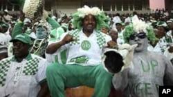 """Magoya bayan kungiyar kwallon kafa ta Najeriya """"Super Eagles"""" a filin wasa na kasa dake Abuja, inda aka lallasa 'yan Ethiopia da ci 4 da babu, lahadi 27 Maris, 2011"""