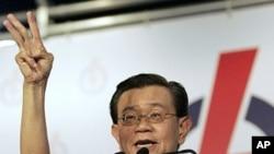 新加坡副外長展示選舉勝利。