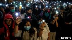 2019年11月19日香港香港理工大学学生举着手机抗议