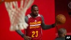 LeBron James con su uniforme de los Cavaliers de Cleveland, entrenando en Río de Janeiro, Brasil.