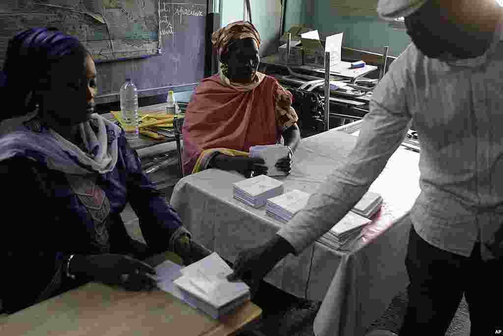 Des agents électoraux procédant au dépouillement du scrutin au quartier Fass de Dakar (AP)