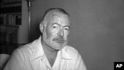 Mendiang Novelis dan jurnalis Ernest Hemingway, berpose di rumahnya di San Francisco de Paula dekat Havana, Kuba, pada 21 Agutsus 1950 (foto: dok).