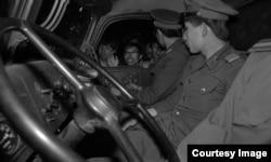 1989年天安门运动期间,北京市民围堵军车
