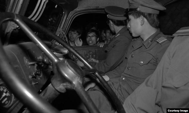 1989年天安門運動期間,北京市民圍堵軍車