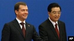 ທ່ານ Dmitry Medvedev ປະທານາທິບໍດີຣັດເຊຍ ແລະທ່ານ ຫູຈິນເຖົາ ປະທານປະເທດຈີນ ທໍາພິທີເປັນສັນຍາລັກ ໄຂທໍ່ລໍາລຽງນໍ້າມັນ, ເມື່ອເດືອນກັນຍາ 2010.