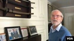 前美国在台协会台北办事处处长杨苏棣在杨家祖宅受访时展示挂在墙上的传家之宝军刀与前美国总统奥巴马的合照。