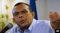 Honduran presidential candidate for the National Party, Porfirio Lobo, gestures during a press conference on November 27, 2009 in Tegucigalpa.