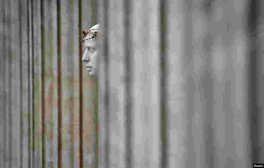 រូបសំណាក «Ecce Homo» សាងសង់ដោយសិល្បករលោក Mark Wallinger នៅខាងក្រៅវិហារ St Paul's Cathedral ក្នុងទីក្រុងឡុងដ៏ ប្រទេសអង់គ្លេស។