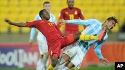 Yaw Yeboah du Ghana, à gauche, saute pour prendre le ballon à Rodrigo Moreira de l'Argentine lors de la Coupe du monde de football de moins de 20 ans à Wellington, Nouvelle Zélande, 12 juin 2015