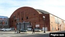 Edificio del viejo Coliseo de Washington y Arena Uline, que la empresa de artículos deportivos REI ha renovado para usarla como una de sus cinco tiendas más importantes en EE.UU.