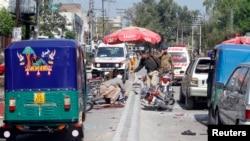 ເຈົ້າໜ້າທີ່ຮັກສາຄວາມສະຫງົບ ຢູ່ໃນບໍລິເວນ ທີ່ມີການໂຈມຕີ ສະລະຊີບ ໃນເມືອງ Peshawar ປະເທດ ປາກິສຖານ (29 ມີນາ 2013)