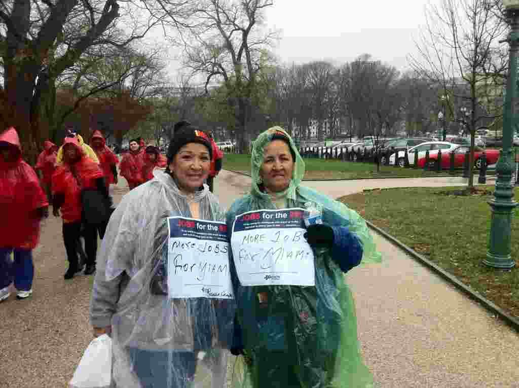 La cubanoamericana Rosalba Campos de 53 años posa junto a su madre de 75 años Ercilia Monsantos a las afueras del Congreso estadounidense.