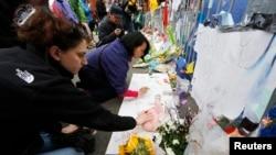 Spontano nastali memorijal na mestu bombaških napada tokom bostonskog maratona