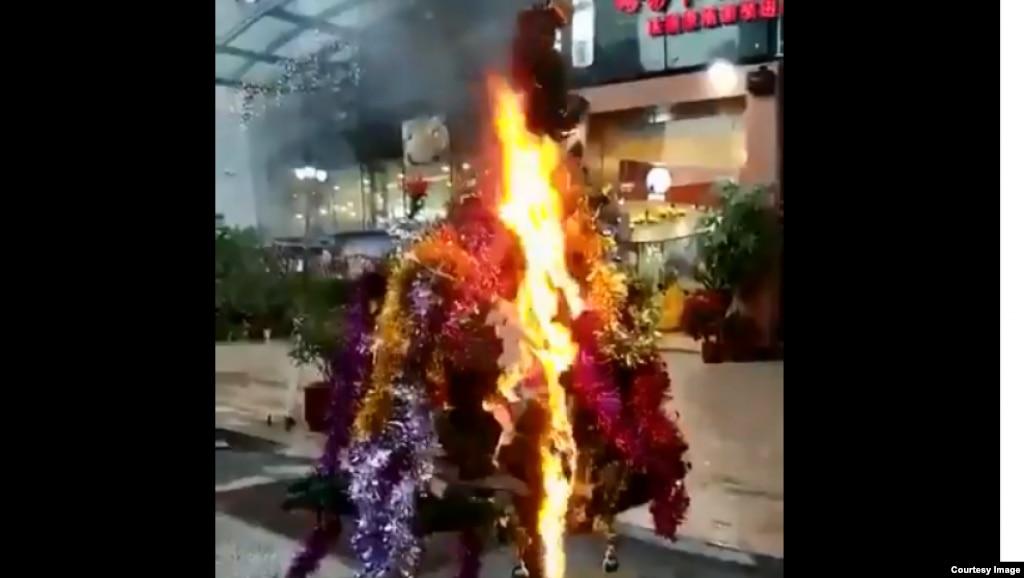推特视频截图显示,2018年12月,在中国某地抵制洋节行动中,某商店的圣诞树被抢走烧毁。