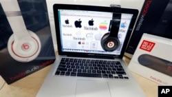 Peralatan audio Beats dan laptop Apple. (AP/Michael Dwyer, Dok)