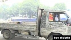 کامیونی که به دیوان اشعار سیار مشهور شده - Screenshot: Newsflare