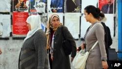 Des femmes marchent dans les rues de Tunis, capitale de la Tunisie, le 21 novembre 2014.