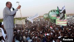 President Omar Hassan al-Bashir addresses a crowd in North Khartoum, Jun. 8, 2013.